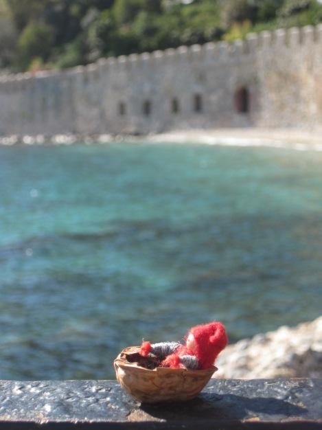Tomten njuter av solen vid det gamla båtvarvet bakom Röda Tornet