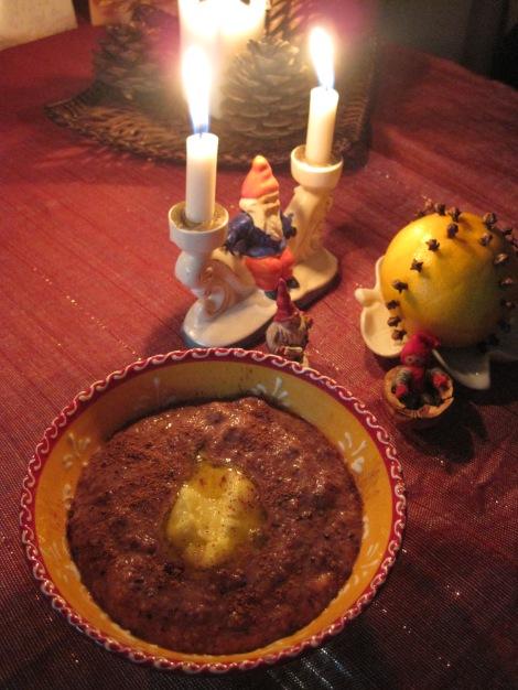 Tomten och hans vänner börjar känna av julstämningen. Här njuter de av en skål Paleogröt med nötter, kokosolja, kanel och björnbär.
