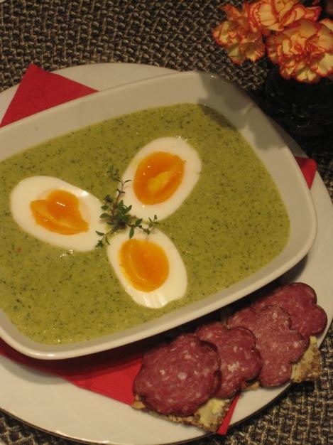 Broccolisoppa med ägghalvor och frökex från Huså Bröd