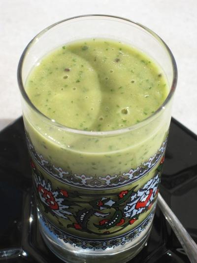 Gröm smoothie med kiwi, avocado och bladspenat