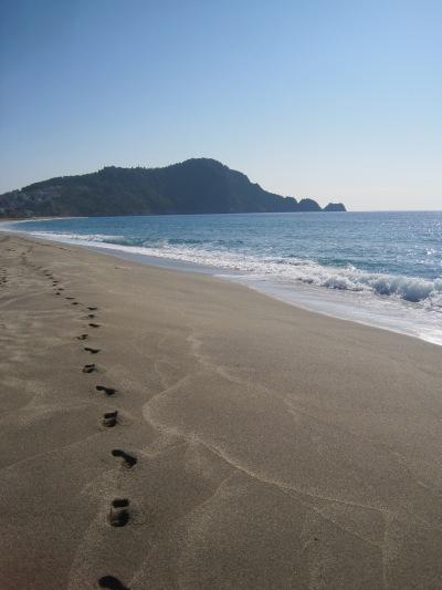Strandpromenad längs Kleopatrastranden i Alanya