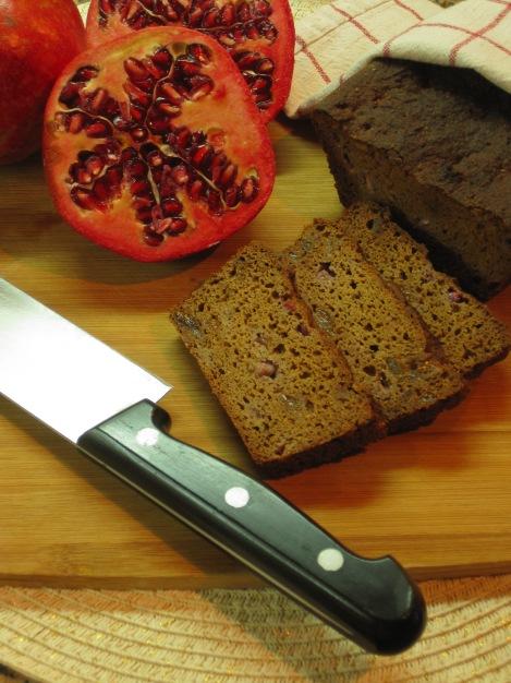 Glutenfritt, mörkt bröd med kryddor och frukt