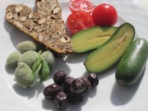 Nötbröd med avocado, oliver och färska mandlar
