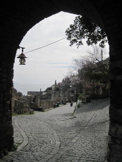 Ingången till en annan värld. Porten till Tophane, de gamla stadsdelarna i Alanya...