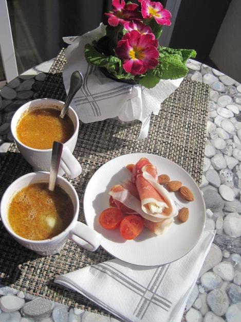 Serranorullar med Roquefort och antioxidantdrink