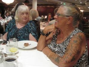 Kathie och Kerri vid middagsbordet...