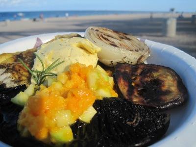 Grillad mahi-mahi med apelsinsmör, mangosalsa, portabella, lök och aubergine