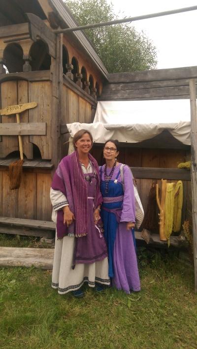 Jag och Mona klädda för Vkingamarknad