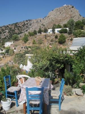 Pefki med den minimala kyrkan Stavromenos högst uppe på berget...