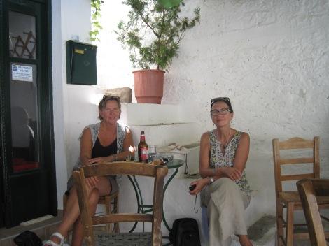 Jag och Mona blev bjudna på både raki och meze efter kaffet på Kafenion...