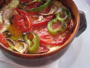 Gratinerad fetaost med paprika, lök och tomat