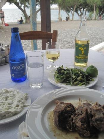 Restaurang Napoleon i Ierapetra. Långkokta lammkotletter med horta, kokt sallad i citron och olivolja. Tzatziki och retsina till. Inte den vackraste lunch jag ätit, men bland de godaste...