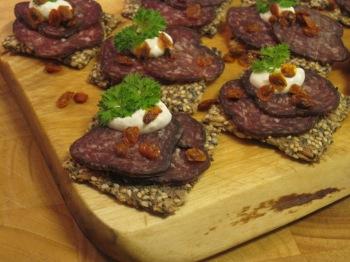 Spröda frökex med fårsalami, pepparrotsröra och torkade havtorn...