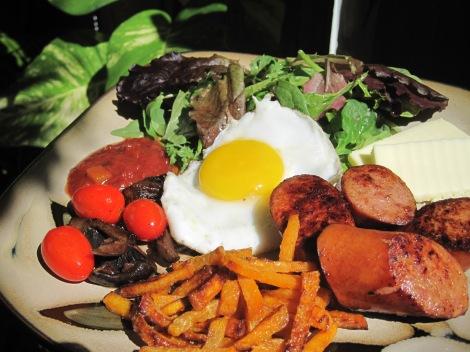 Hemlagad amerikansk brunch med ekologisk kalkonkorv, kokosoljefriterad sötpotatis, ägg, champinjoner, tomater, smör, salsa och sallad...