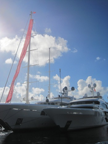 Båten till höger kostade 35 miljoner. Dollar...