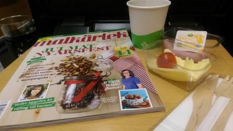 Frukost på tåget med matnyttig läsning...