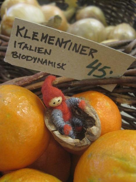 Tomten väljer förstås ekologisk frukt och grönt, här besöker vi Gårdsbutiken på Frösön...