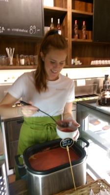 Anna på Ecocaféet serverar sin rödbetssoppa