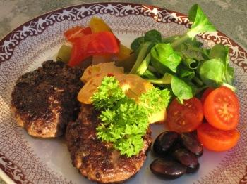 Färsbiffar med tacosmör, inlagda grönsaker, oliver och sallad...