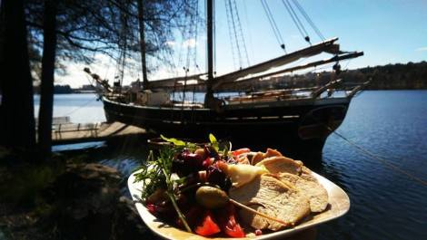 Picknick vid Ulvsundasjön vid skonerten Constantia...