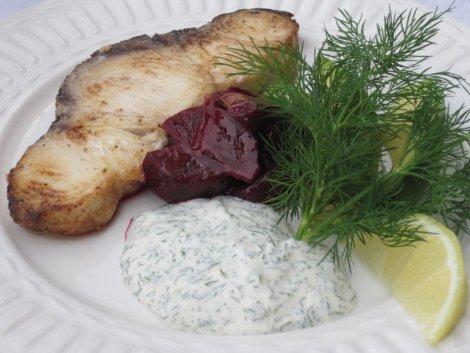 Smörstekt fisk med ljummen rödbetssallad och dillmajonnäs