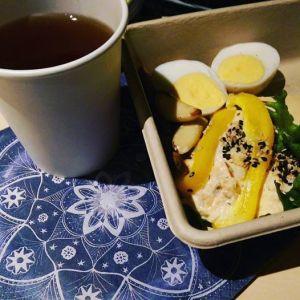 Färdkost från Ecocaféet, servett från AllMyTesign och ekologiskt te från SJ...