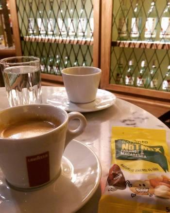 Kaffe med nötter på Arlanda...