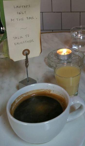 Kaffe, ingefärsshot och kloka ord på Noir i Malmö...